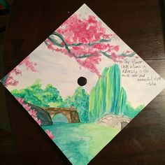 These graduates might not finish magna cum laude, but they deserve extra credit (or maybe a job) for their creative graduation caps. Disney Graduation Cap, Graduation Cap Designs, Graduation Cap Decoration, Graduation Diy, Graduation Songs, Graduation Photoshoot, Graduation Pictures, Graduation Invitations, Grad Hat