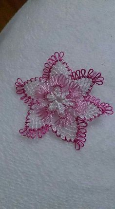 This Pin was discovered by Emi Needle Tatting, Needle Lace, Bobbin Lace, Crochet Snowflakes, Crochet Doilies, Crochet Flowers, Crochet Crafts, Yarn Crafts, Diy And Crafts