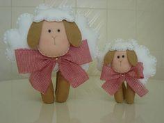 Lindas ovelhas de feltro para decorar o quarto do bebê ou festa de aniversário.Valor referente a dupla (ovelha maior e ovelha menor).  Pode ser vendido separadamente: **Valor da ovelha grande (com aproximadamente 25cm de altura): 32,00** **Valor da ovelha pequena (com aproximadamente 17cm de altura): 22,00**  **Outras opções de cores para a gravatinha. Consulte-nos** R$ 54,00