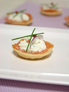 Tartelettes de salmão com requeijão de alho e ervas