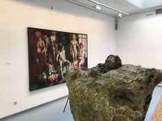 """Blick in die Ausstellung von Thomas Gatzemeier """"Jüngster Friede"""" im Kunstverein Siegen 2016 mit Bild """"Die Hitler kommen und gehen..."""""""