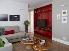 sala-de-tv-marcenaria-vermelho-mesa-de-centro-tapete-sofa-quadros (Foto:  Thiago Travesso/Divulgação)