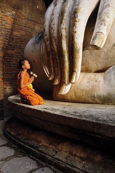 Novice Monk Praying To A Huge Buddha Statue At Wat Sri Chum In Sukhothai Thailand Bangkok, Ayutthaya Thailand, Little Buddha, Buddha Art, Buddha Statues, Buddhist Monk, Buddhist Quotes, People Around The World, Belle Photo