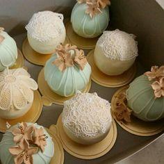 Temari cakes with sugar lace deco..
