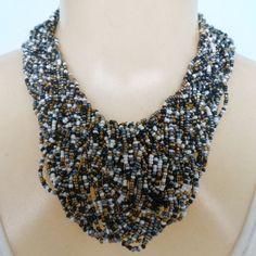 Maxi colar feito com miçangas coloridas. R$ 18,00