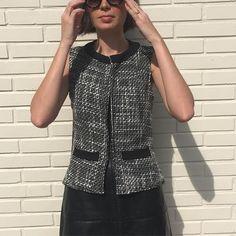 Esse nosso colete de tweed é tão lindo, tão clássico, tão elegante! E Ainda pode ser usado assim fechadinho ou abertinho! 😍 #semprecoleteria #coleteria #lookdodia #ootd #colete #coletefeminino #coletedetweed #tweed  www.coleteria.com.br