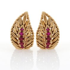 18 karat Gold and Ruby Ear Clips by Van Cleef & Arpels. Available exclusively at Macklowe Gallery. Gold Jhumka Earrings, Jewelry Design Earrings, Gold Earrings Designs, Gold Jewellery Design, Designer Earrings, Jewelry Bracelets, Gold Jewelry Simple, Antique Jewelry, Fashion Jewelry