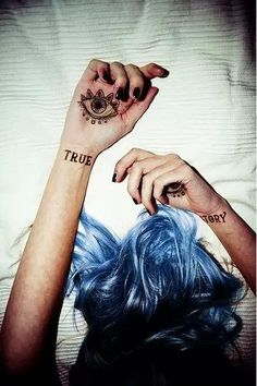 "LOVE THIS KAROU PHOTO!! :-) RT ""@AnnaK_OB: #Karou #chicadehumoyhueso #books #Bluehair """