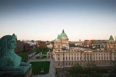 Dublin- A capital da Irlanda do Norte é cheia de vida! Com um estilo contemporâneo e com uma vida noturna agitada, Belfast é, sem dúvida alguma, um dos melhores destinos urbanos da Europa. Com sua história fascinante e museus maravilhosos, a cidade também atrai os amantes de cultura. A cidade fica a pouco mais de 165 quilômetros de Dublin e tem fácil acesso de carro, ônibus ou trem. Dentre as sugestões de lugares a serem visitados na capital estão: