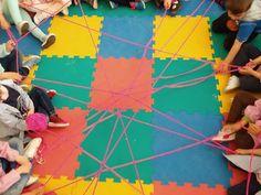 En primer lugar, les expliqué en clase en qué consistía la dinámica. Todos los participantes deben colocarse en círculo. Uno de ellos coge ...