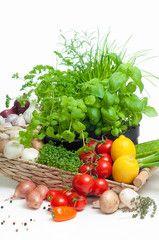 Frische Gemüse und Kräuter für bewusste Ernährung, Salatzutaten, Rohkost, Gemüseangebot, vitaminreiche Leckereien, Gemüsekorb,…
