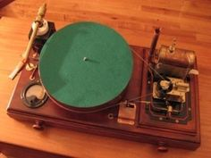 Simon Jansen - Simon Jansen's record player is really an amazing piece of steampunk creation. Specially built to play a Sex Pistols LP, Jansen's steampunk record . Steampunk Guitar, Style Steampunk, Steampunk Couture, Steampunk Design, Arduino, Radios, Steampunk Accessoires, Steampunk Gadgets, Record Players
