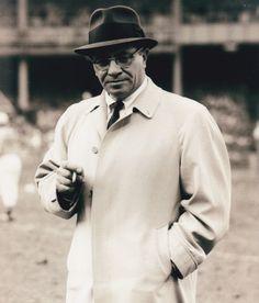 Vince Lombardi elegantísimo con un Fedora y su abrigo #Style #Hat #Football #Packers #GreenBay