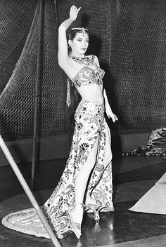 yvonne de carlo and her fancy platform shoes Yvonne De Carlo, Old Hollywood Movies, Hollywood Actresses, Classic Hollywood, Hollywood Icons, Vintage Hollywood, Hollywood Stars, Merle Oberon, Zsa Zsa Gabor
