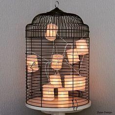 ZUSA-DESIGN | Combineer een vogelkooi met lampionnen voor dit leuke resultaat. Benieuwd hoe? Bekijk de video op www.zusa-design.nl. Enjoy! Liefs, Kim en Bo #diy #inspiratie #decoratie #lampionnen #vogelkooi #verlichting #wonen #interieur