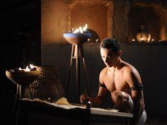 Entenda como José ganhou a confiança de Potifar e veja fotos inéditas de Ângelo Paes Lemes na pele do escravo http://r7.com/Fv6Z