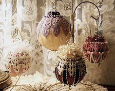 boules décoratives tricotées en beige et rose