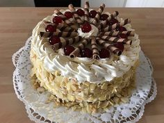 Pándi meggytorta, egy kis változtatással, úgy ahogy nálunk kedvenc! Eastern European Recipes, Tiramisu, Food And Drink, Pie, Panda, Ethnic Recipes, Cake, Decorating Cakes, Tasty