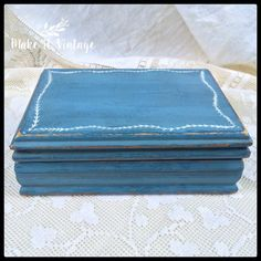Flow Blue distressed trinket box Shabby chic by MakeitVintge Painted Jewelry Boxes, Painted Boxes, Hand Painted, Etsy Vintage, Vintage Shops, Vintage Items, Blue Shabby Chic, Shabby Chic Decor, Shabby Chic Jewellery Box