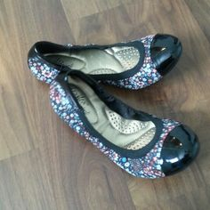 NWOT Dexflex  comfort flats 5.5 Nwot. Never worn. Cute floral print and forms to your feet. Shiny imitation leather toe detailing. From payless. Shoes Flats & Loafers