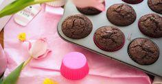 Naistenpäivän kunniaksi herkutellaan parhailla ja pehmeillä suklaamuffinsseilla ikinä! Helpossa ohjeessa ei turhia vatkailla vaan ainekset sekoitetaan yhteen ja muffissit ovatkin valmiina jopa 30 minuutissa! Ihanaa naistenpäivää!