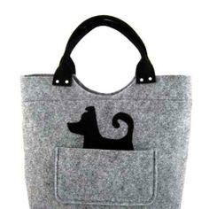 10c6c93c3c70d Ozdobą tej torebki jest piesek wystający z kieszeni. Torebka została uszyta  ze stabilizowanego filcu o