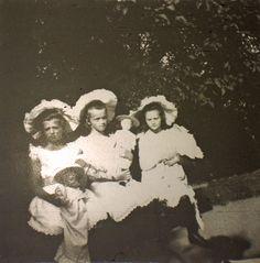 Grand Duchesses Maria Nikolaevna, Olga Nikolaevna e Tatiana Nikolaevna com suas bonecas em Peterhof, 1907.