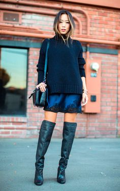 Street style look slip dress renda. maxi sueter azul e bota over the knee.