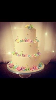 Pretty flower 3 tier wedding cake
