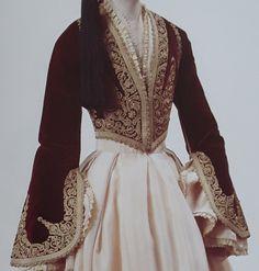 Βυσσινί βελουδινο κοντογούνι με πλατιά χρυσοκεντητα μανικια και αραχνούφαντη τραχηλια.Ενδυμασια της Φλωρούλας Δυοβουνιώτη απο το Εθνικο Ιστορικό Μουσείο. Empire Ottoman, Coats For Women, Clothes For Women, Mode Boho, Designer Evening Dresses, Beautiful Costumes, Period Outfit, Serbian, Folk Costume
