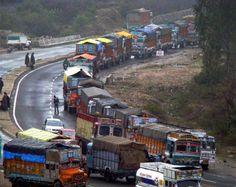 कश्मीर घाटी को देश के बाकी हिस्से से जोड़ने वाले जम्मू-श्रीनगर राजमार्ग पर पिछले पांच दिनों से बंद आवाजाही के बाद शनिवार को एकतरफ से यातायात