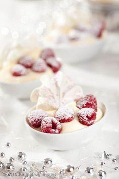 Food and Drink: Het makkelijkste kerstdessert Meringue Desserts, No Bake Desserts, Easy Desserts, Delicious Desserts, Dessert Recipes, Yummy Food, Raspberry Meringue, Meringue Cookies, Cake Recipes