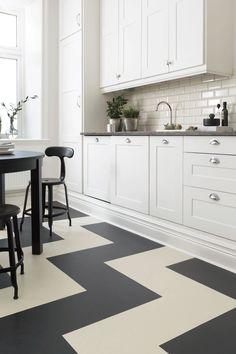 Linoleum  Linoleum är ett av världens mest miljövänliga golv. Golven tillverkas ofta av naturliga råvaror som linolja, tallolja, harts och trämjöl. För att färga golvet så använder man ofta kalkstensmjöl och färgpigment som är fria från miljöfarliga tungmetaller.  Linoleumgolvets botten består ofta av kork, vilket gör att golvet är väldigt mjukt och skönt att gå på samtidigt som det reducerar stegljud väldigt bra.