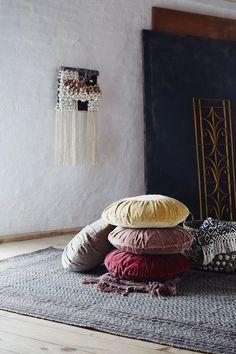 Aksamitna okrągła poduszka drapowana w kolorze musztardowym jest śliczna. Wymieszana z innymi kolorami stworzy przytulny kąt. Poduszka może też być siedzisk