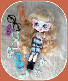 Blythe doll accessories* 4 dress hangers* 5 fashion eyeglasses* shoe*