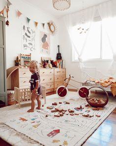 Obraz może zawierać: 1 osoba, w budynku – Kids Rugs Playroom Minimalist Kids, Kids Room Design, Kid Spaces, Play Spaces, Kids Decor, Girl Room, Kids And Parenting, Kids Bedroom, Baby Bedroom