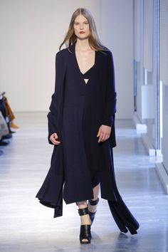 The complete Agnona Fall 2018 Ready-to-Wear fashion show now on Vogue Runway. Women's Runway Fashion, Fashion Trends, Autumn Fashion 2018, Vogue Russia, Fashion Show Collection, Dress Me Up, Fashion Forward, Casual, Ready To Wear
