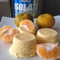 alicefit #Muffins protéicos de mandarina Coloca en una licuadora: 2 claras + 2 mandarinas (gajos enteros) + 2 cds de avena + 1/4tz de #WheyProtein @evolutionadvance de vainilla + rayadura de limón. Licúa todo por 2 minutos y deja reposar.. Coloca la mezcla en moldes de silicón (3/4 de capacidad) y lleva al microondas por 3 minutos. Deten la cocción si ves que se van a desbordar, espera unos segundos a que bajen y continua la cocción.