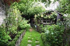 Chemin vers le potager et l'abri de jardin.