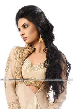 Pakistani TV Actor-Singer-Host Komal Rizvi wearing gorgeous Fashion details: Embroidery, Earrings, MakeUp Pakistani Makeup Looks, Gold Outfit, Fashion For Petite Women, Indian Outfits, Indian Clothes, Indian Girls, Beauty Trends, Fashion Details, Indian Fashion