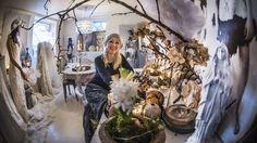 <strong>Atelier:</strong> Judith Bech legg vekt på å skape stemning og harmoni når ho pyntar til jul. Kvitt, grønt, gull og sølv har ho brukt som ei fargeline mellom romma i julehuset. (Foto: Staale Wattø)