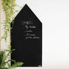 Esta pizarra en forma de casa está pensada tanto para mayores como pequeños. Compuesta de un tablón de DM y acabada en pintura de pizarra, también se puede colgar e incluye tizas para escribir en ella. #pizarra #regalos #boutiquers