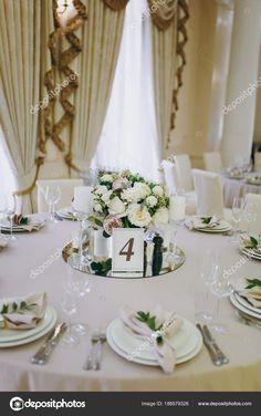 f94aa677d223 Όμορφη διακόσμηση από ένα συμπόσιο γάμου σε ένα εστιατόριο σε παστέλ  χρώματα. Διακόσμηση δεξιώσεων τραπέζι βάζο με σύνθεση λουλουδιών