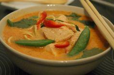 Red curry suppe med laks og nudler