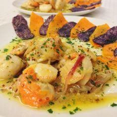 ..capesante su vinaigrette di cipollotti rossi di Tropea, accompagnate da chips di patate viola (Vitelotte) e di zucca mantovana. Un piatto colorato, vivo