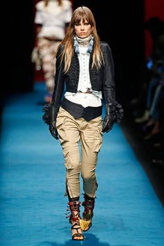 O japonismo aparece principalmente nas estampas e shapes dos casacos, todos com muitas aplicações de pele e cheios de volume. Já o luxo vitoriano é representado pelos tecidos e rendas combinados com peças militaristas de estampa camuflada.