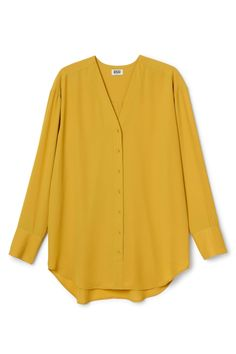 The Rise Chiffon Blouse has a V-neck, a buttoned front and long sleeves. The softly curved hem and the pleat detail in the back gives this lightweight blouse a loose and flattering fit. - Size Small measures 114,50 cm in chest circumference and 81,50 cm in length. The sleeve length is 59 cm.