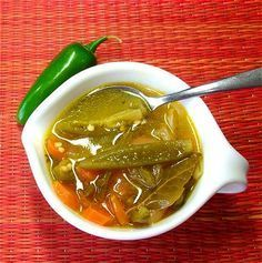 Chiles jalapeños en vinagre caseros - muy fáciles de hacer y mucho más ricos que los comerciales.  // Homemade pickled jalapeños, very easy to make and much yummier than the commercial ones.