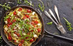 Špagety s mozzarellou, cherry paradajkami a rukolou
