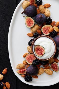 Joghurt, Brombeeren, Feigen und Mandeln: mit jedem Löffel ein köstliches Erlebnis.